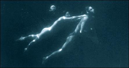 Maureen O\'Sullivan och Johnny Weissmüller som Jane och Tarzan, simmandes under vatten