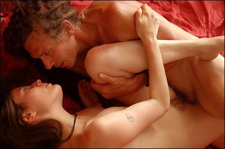 Älskande par i rött rum