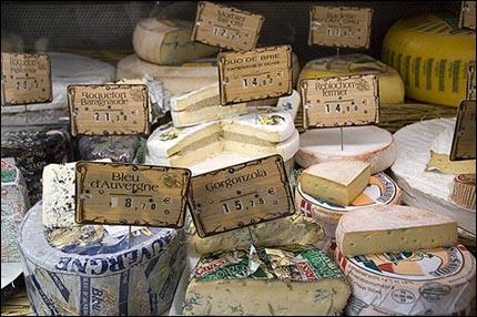 En uppsjö av läckra franska ostar, på lördagsmarknaden i Cadillac