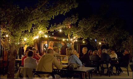 Middag på den lilla restaurangen Lac Laromet, under träden på terrassen