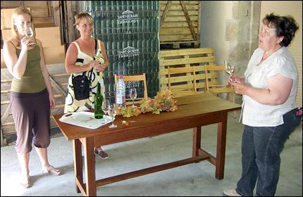 Vinprovning på Chateau Clarens – Maryse Gilet till höger