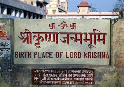 Krishnas födelseplats, i grannstaden Mathura - givetvis överbyggd med en moské...