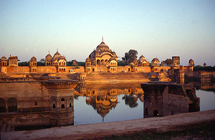 Kusum Sarovara, en fridfull plats i närheten av Radha-Kunda, en av oräkneliga platser i Vrindavan med omnejd där Krishna sägs ha lekt.