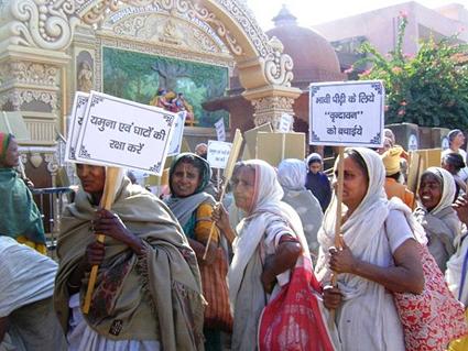 En av alla protestmanifestationer som gjorts i Vrindavan, mot bygget av vägbron runt Kesi Ghat