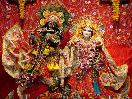 Radha-Shyamasundar, två av gudabilderna i ett av alla de tusentals tempel som finns i Vrindavan
