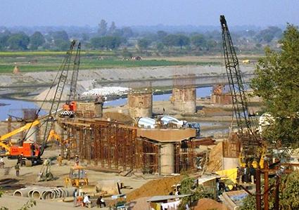Bygget är redan igång, så det är bråttom att få stopp på vansinnet.
