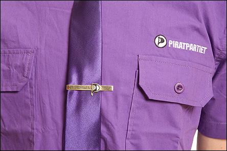Lila piratskjorta med lila slips och slipsnål