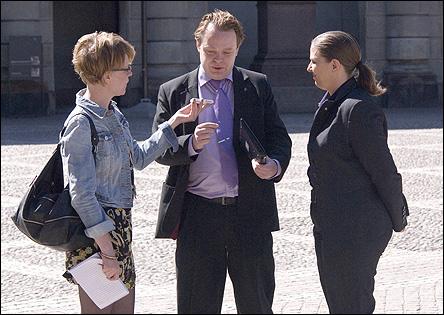 Rick och Anna blir intervjuade, och får berätta lite om presenterna