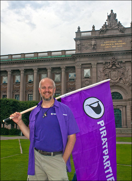 Calle med piratflagga framför Riksdagshuset