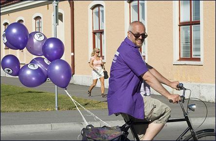 Calle på cykel med ballonger
