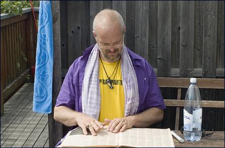 Calle studerar programmet för Almedalsveckan