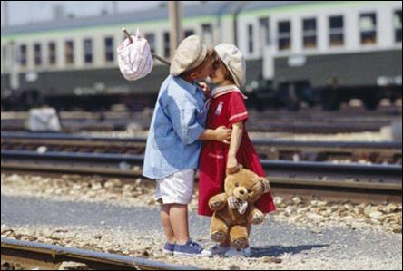 Barn som pussas