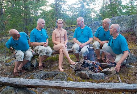 Special attention - vacker naken kvinna uppvaktad av fem angelägna män...