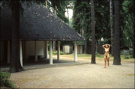 Naken kvinna på Skogskyrkogården