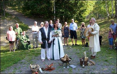 Sommarbröllop i en skogsbacke